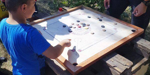 Carrom-Spiel auf dem Sommerferienabschlussfest.